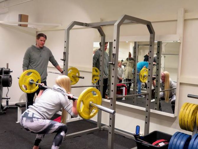 TESTAR UT: Fleire tok Bjørkum og Nundal på ordet og testa dei ulike treningsapparata etter opninga fredag ettermiddag.