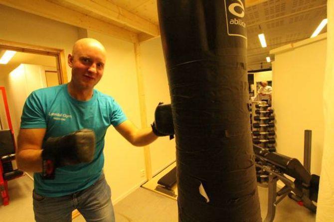 PANGSTART: Ein godt nøgd Tom Stian Nundal boksar i gong det nye treningsstudioet i Lærdal.