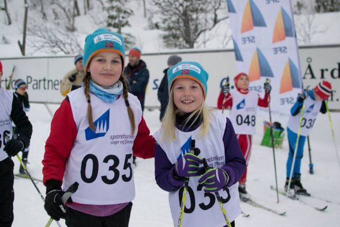 SPENTE: Åtteåringane Anne Skjelbreidalen (t.v) og Ingrid Nes gler seg til å gå skirennet, men dei var litt nervøse også.