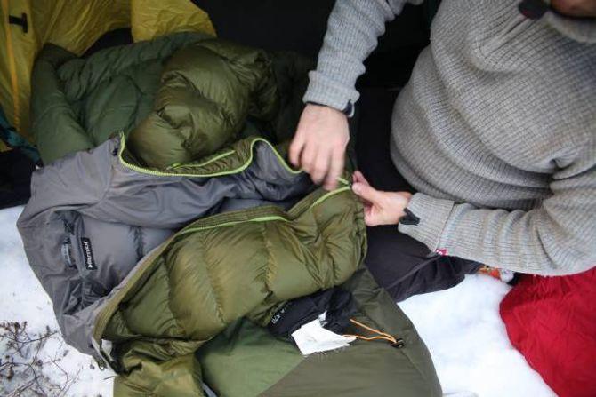 VARM: Viss du frys på føtene, kan du ta opp glidelåsen på dunjakka og leggja jakka i botnen av soveposen.
