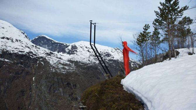 BALANSE: I mai i fjor balanserte Eskil Rønningsbakken på kanten av Vettisfossen og bidrog med sitt til å setje Utladalen på kartet.