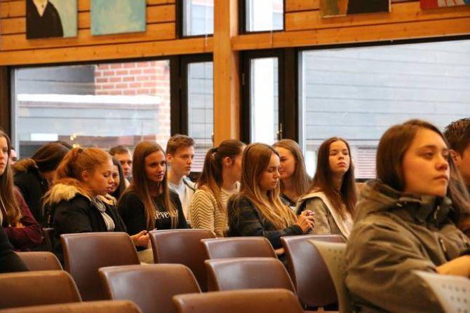 ELEVAR: Mange elevar møtte opp for å høyre på politikaren.