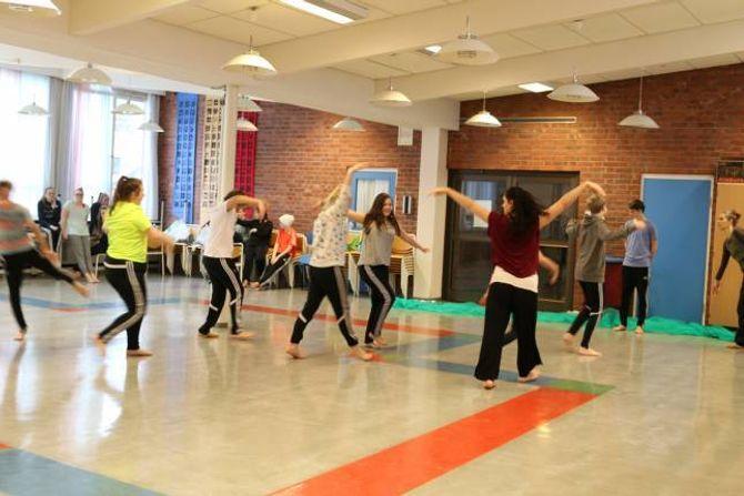 RØRSLE: Elevane øver på koreografien.