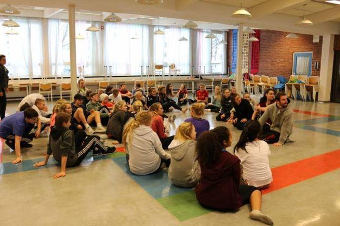 GLER SEG: Elevane gler seg til laurdagens framsyning og håpar mange tek turen til Årdal Kulturhus.