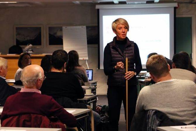 BIDREG: Ragna Brenne Bjerkeset frå Tibe samfunn bidreg i arbeidet med å forme strategisk næringsplan Rundt 60 personar møtte opp onsdag kveld for å kome med sine innspel.