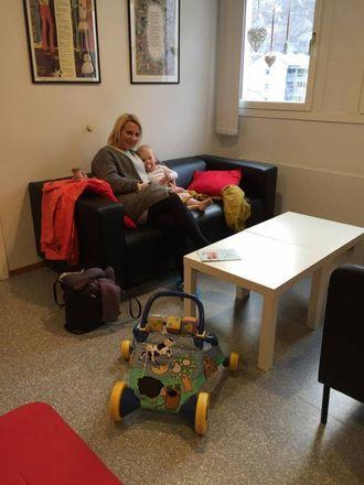 HELSESTASJONEN: Her er mamma Stine Moen Bakken og Hedda Bakken Sjøtun på venterommet til helsestasjonen.