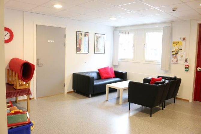 VENTEROM: Det nye venterommet på helsestasjonen er koseleg for store og små.