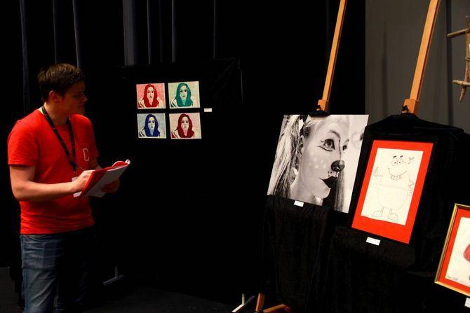 JURY: Mathias hansen studerar kunstinnslaga.