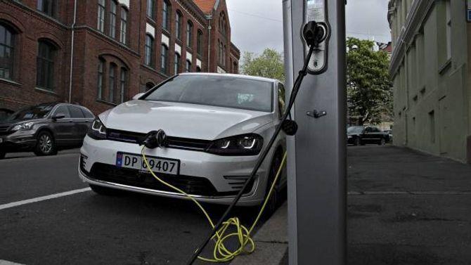 KORTARE VENTETID: Dei ladbare bilane til Volkswagen har hatt lang leveringstid, men ikkje no lenger.