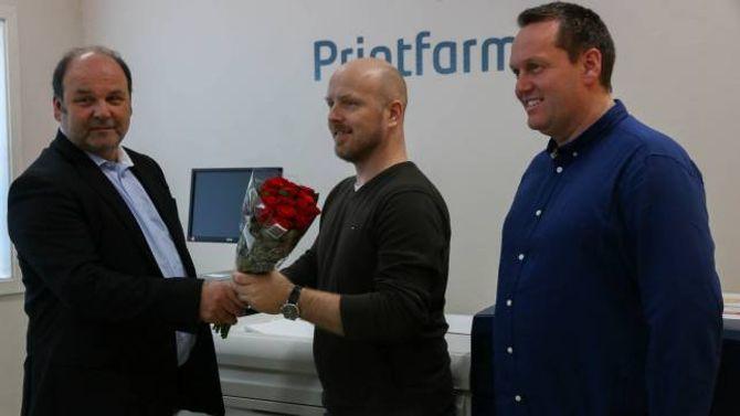 HØGTIDELEG: Skrivargarden AS mottok blome frå Jarle Aasheim,representanten til den internasjonale maskinprodusenten Xerox.