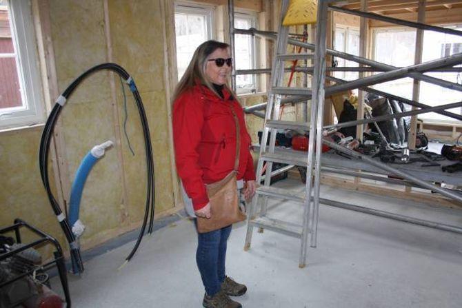 LYKKE: Inger Stokke får draumehuset i eit trendy Tiny House som no vert bygd på Lærdalsøyri.