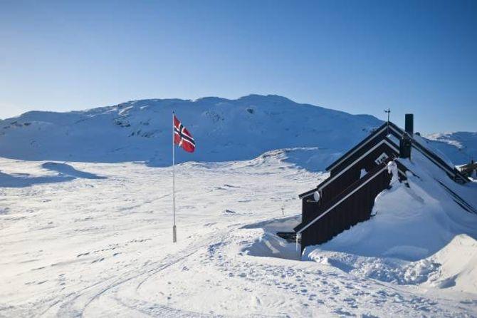 VÅROPEN: Geiterygghytta ligg 1224 meter over havet i Skarvheimen, og er open heilt til 8. mai.
