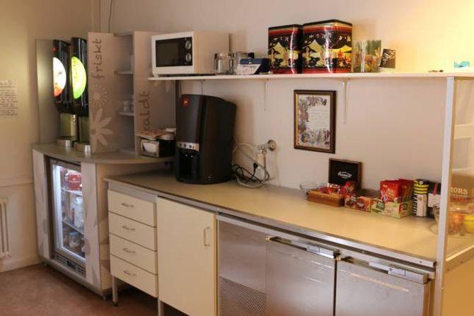 MATSTASJON: I begge etasjane på sjukeheimen på Årdalstangen er det matstasjonar som er opne 24 timar i døgnet.