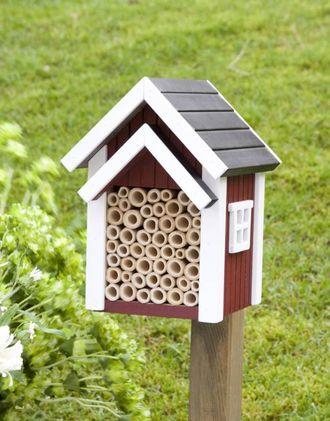 KJØPEHOTELL: Det finst mange ulike insekthotell å få kjøpt, dette er frå Wildlife Garden.