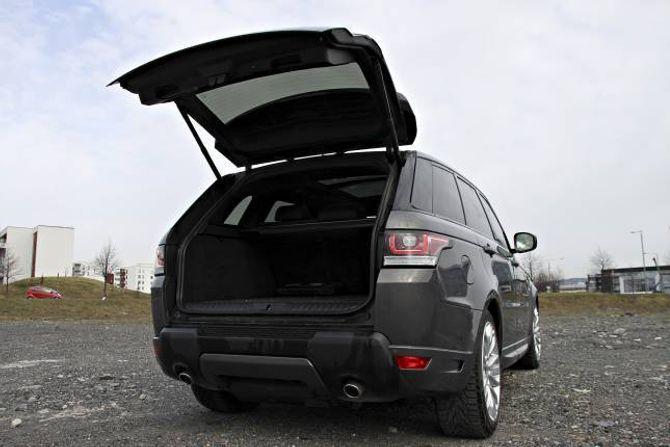 PLASS: Bilen er stor, men det finnes mange stasjonsvogner som har langt bedre plass enn de 489 literne man finner her. Range Rover Sport har heller ikke delbar bakluke slik man finner på den vanlige Range Rover-modellen.