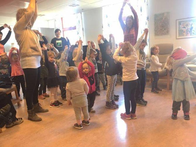 DANS: Borna hadde øvd inn fleire dansar som dei synte fram til bebuarane på Årdalstangen sjukeheim.