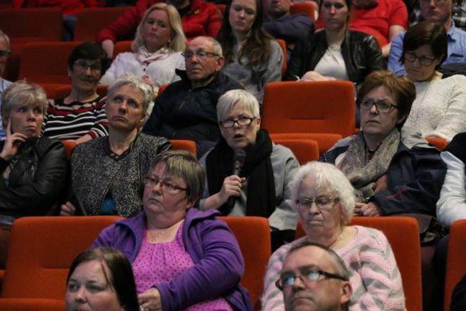 ANNAN STAD: –Eg skulle ønskt de hadde valt ein av dei andre plassane, sa Siri Benjaminsen og viste til lista med ulike bygg og område Handelsbygg og Europris har sett på i Årdal dei siste ti åra.