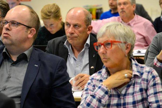 HAR TRUA: Ordførar i Sogndal, Jarle Aarvoll (i midten), vil ikkje svartmåle situasjonen trass dei nye føringane frå regjeringa.