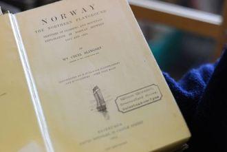 GODBIT: Førsteutgåva til ei av bøkene William Slingsby skreiv om Noreg er blant dei meir ekslusive innslaga i bokbyen.