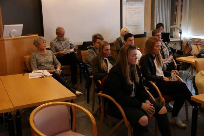 PÅ PLASS: Ungdomsrådet var tilstades og fekk med seg heile kommunestyremøtet.