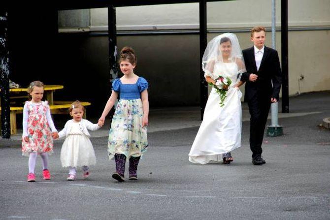 BRUDEPIKER: Tre brudepiker og ein forlovar førte bruda fram til alteret.