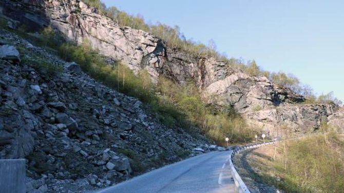 STORE STEINAR: Store steinar har rast ut i vegen og hindrar køyretøy å passere.