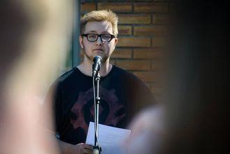 APELL: Tarjei Ø. Hamre, elevrådsrepresentant ved Sogndal vidaregåande skule, er skeptisk til fråværsregelen. I dag heldt han ein appell til streikande medelevar.