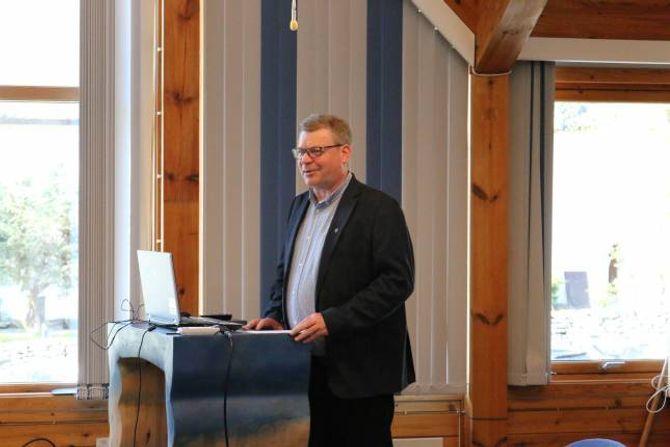 FOR OG IMOT: Ordførar Noralv Distad la fram alternativa for ei eventuell kommunesamanslåing under folkemøte i Aurland.