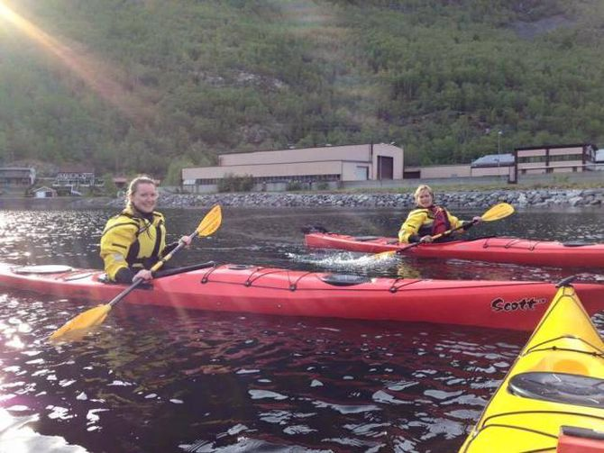 BLAUT: Nokre av deltakarane hamna i Årdalsvatnet under kajakkurset.