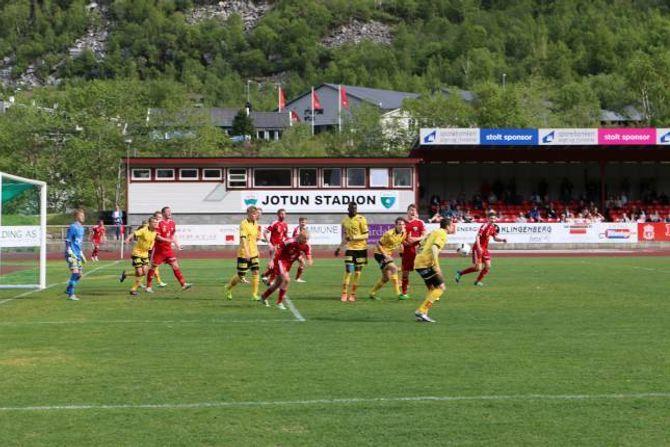 UNDERHALDNING: Årdal FK snudde kampen mot Lillestrøm 2 og sikra seg eitt poeng.