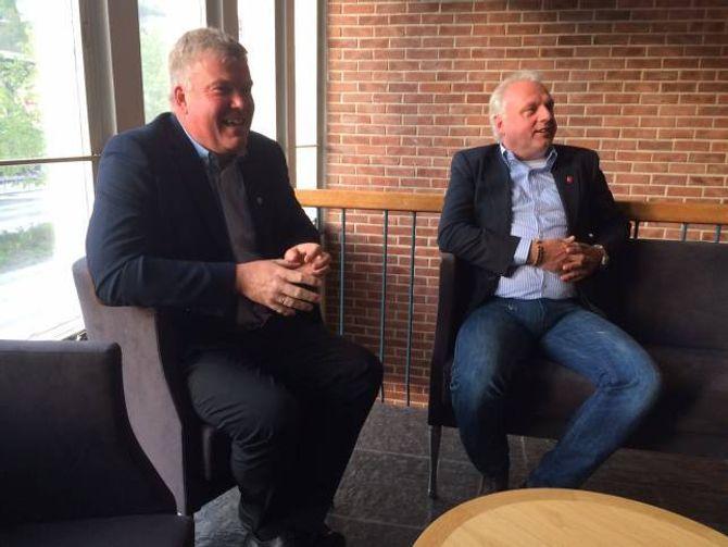 SPENTE ORDFØRARAR: Dei har ikkje avstemming i sine heimkommunar, men ordførarane Ivar Kvalen og Jan Geir Solheim er likevel på plass i Sogndal for å følgje valvaka.