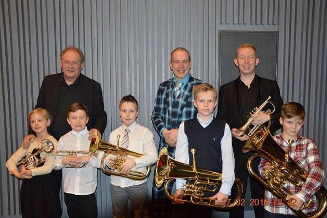 Unge debutantar. Frå venstre: Andrine, Alex, Marius, Oskar og Morten. Tomine var ikkje til stades då biletet vart tatt. Her saman med Oddgeir Øren,Idar Torskangerpoll ogBen Hirons.