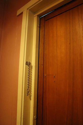 TREKK: I ytterdøra er det ein lang sprekk som gjer at det er ein konstant trekk inn i gangen.