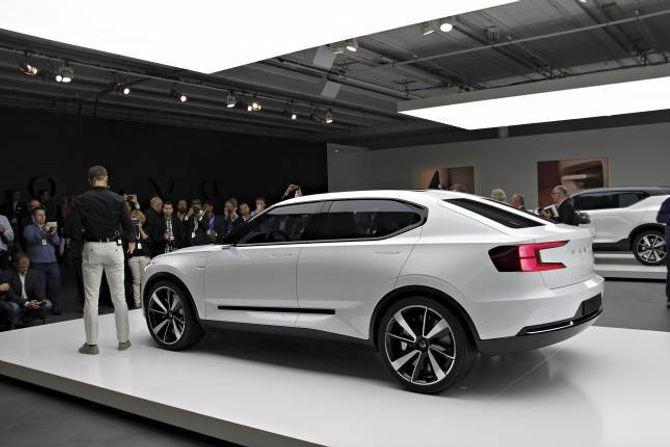 KONSEPT: Sjefdesigner Thomas Ingenlath presenterer to konseptbilar som skal vise korleis den kommande 40-serien til Volvo kan bli.