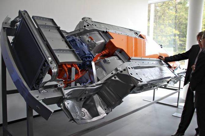 ELEKTRISK: Volvo viste òg fram ei ny, elektrisk, drivline som skal klare 35 mil mellom ladingane, og blir å finne i bilane om eit par år.