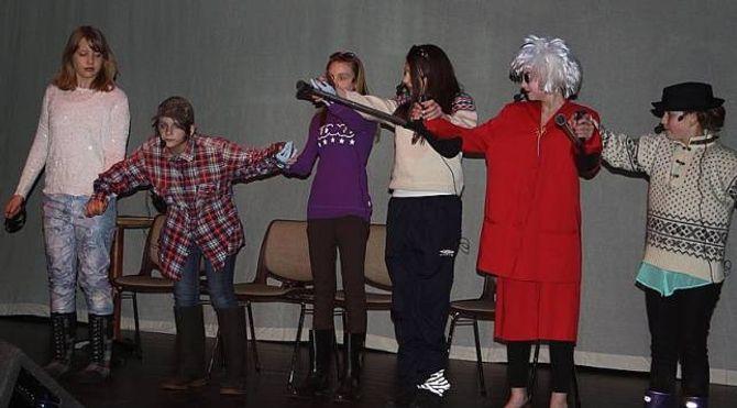 UNDERHALDNING: Dramagruppene frå Årdal og Lærdal skal underholde med to morosame sketsjar.