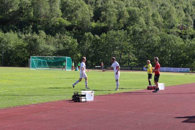 BYTTE: I andre omgang kjem den tidlegare Årdal FK spelaren, Robin Moheim, inn på bana.