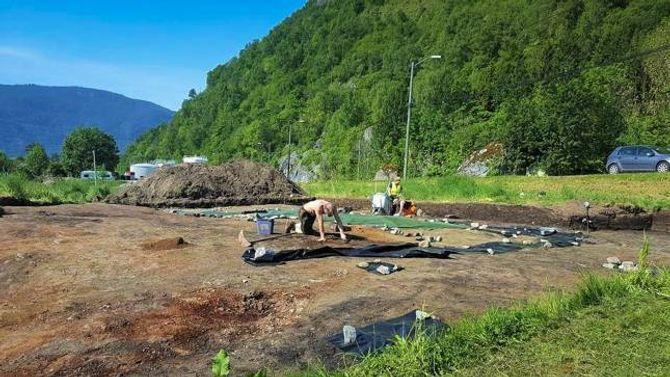 NITIDIG ARBEID: Arkeologane vil halde på med utgravingane i heile juni. No grev dei på to plassar på Ylvisåker. Det eine området ligg nede ved fjorden, det du ser på biletet ligg rett ved riksvegen.