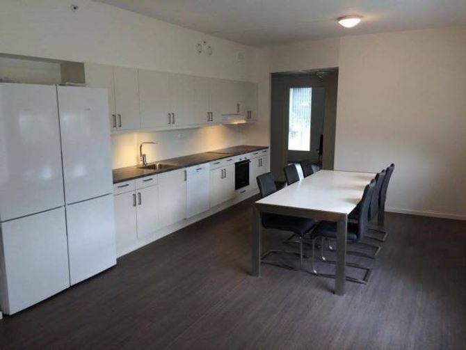 ROMSLEG: Slik ser den felles stova og kjøkkenet ut for dei som bur i kollektiv.