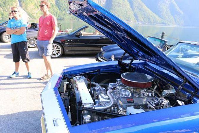 Grom: Einar Sletten (t.v.) og Kjell Arthur Neset framfor Neset sin Chevrolet Camaro. I denne 8,2 liters motoren bur det 502 hestekrefter.