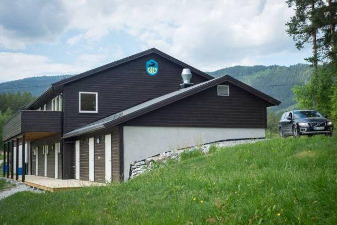 TEK FORM: Klubbhuset til Kaupanger idrettslag vart på 90-talett sett saman av nokre gamle brakker frå Fosshaugne. I 2013 kom påbygget med garderobefasilitetar. No får òg andreetasje eit løft.