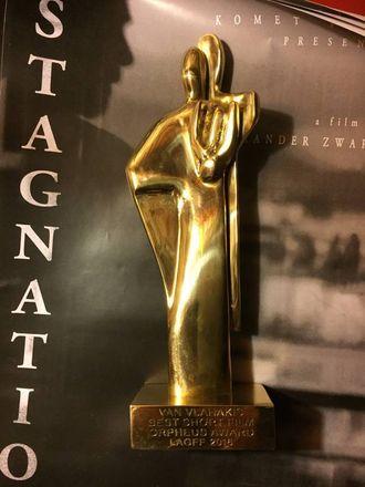 "Pris: Statuetten Einemo Zwart og hans Komet Film fekk for ""Stagnation"" under filmfestivalen i Los Angeles. Privat foto"