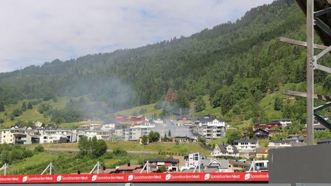 BRANN: Her brenn det i ein einebustad i Sogndal like ovanfor Campus.