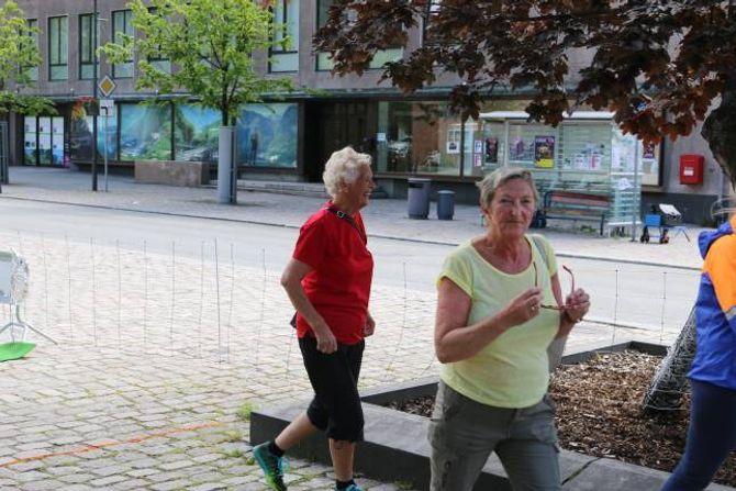 """IMPONERANDE: 78 år gamla Marta Eldegard (i raudt) har nyss gjennomført """"Tangen på Kanten""""."""