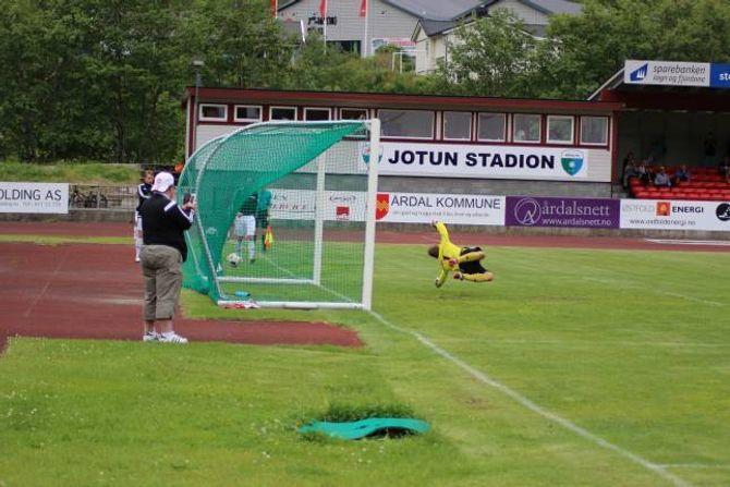 SIKKER: Keeperen til Aurskog-Høland hyv seg fånyttes etter ballen på 1-0-målet.