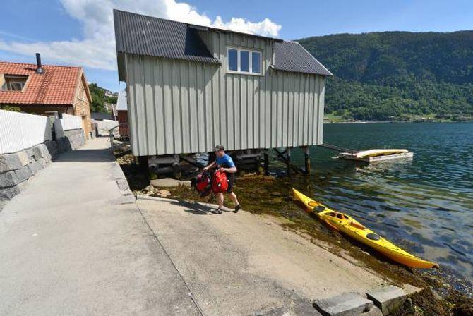 IDYLL: Ove Navarsete er nettopp ferdig med ein tolv kilometer lang kajakktur på fjorden. Han er tykkjer fjordstien har blitt ei perle. – Det er vakkert! Me har venta på den i to år, seier han.
