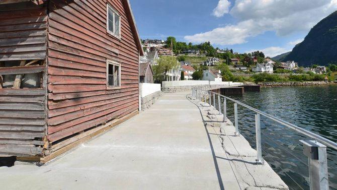 GAMALT OG NYTT: Fjordstien byr på spanande kontrastar der gamle naust og trehus står side om side med det nye.