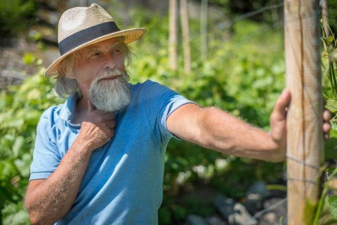 FØLGDE DRAUMEN: Bjørn Bergum der han trivst best, blant blømande vinrankar på Slinde. Det skulle gå over seksti år før fotografen torde å følgje draumen.