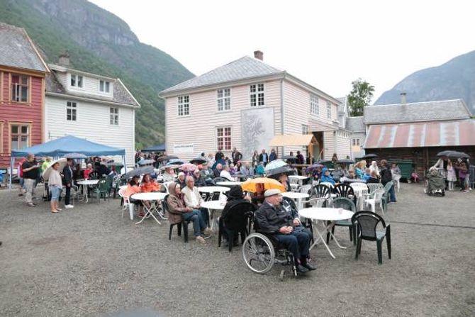 DÅRLEG TIMING: – No har me ønskt oss regn i månadsvis her i Lærdal, og så kom det når det passa dårlegast, sa Solheim, men folk møtte likevel i Kvammegården.