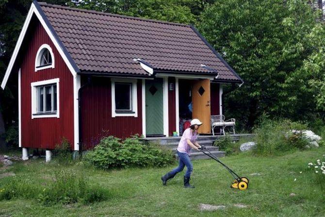 LETTAR ARBEIDET: Ein kjempefordel med å dele feriehus er at ein ikkje må gjere alt hagearbeidet sjølv.